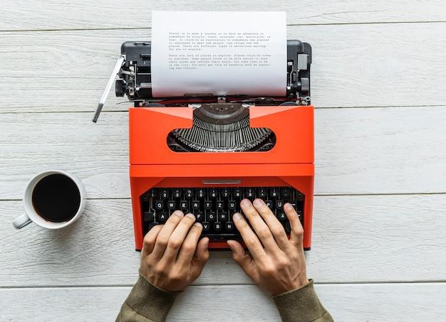 Vue aérienne d'un homme tapant sur une machine à écrire rétro