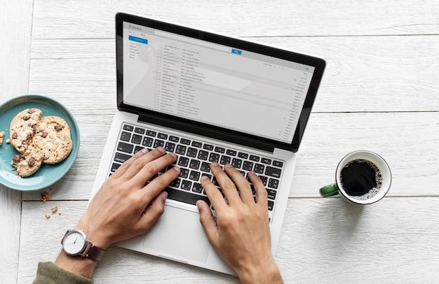 Vue aérienne, de, a, homme utilisation ordinateur, ordinateur portable, sur, table bois