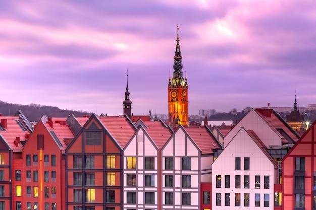 Vue aérienne de l'hôtel de ville au coucher du soleil dans la vieille ville de gdansk