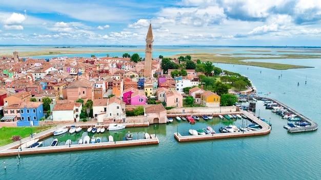 Vue aérienne de l'île colorée de burano dans la mer de lagon vénitien d'en haut, italie