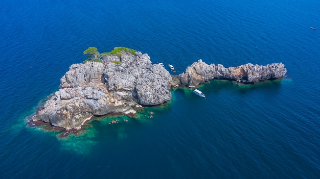 Vue aérienne de l'île de lan ped lan kai, requin-baleine, plongée en apnée et plongée en apnée en thaïlande, chumporn