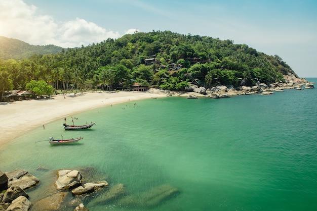 Vue aérienne sur l'île de phangan et belle plage tropicale avec bateaux