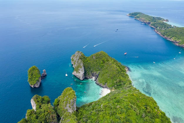 Vue aérienne de l'île de phi phi et bateau touristique