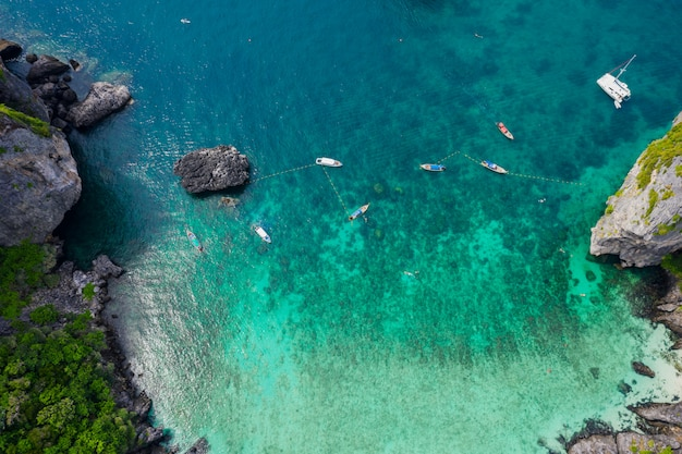 Vue aérienne de l'île de phi phi haute saison, les touristes thaïlandais et étrangers louent un bateau à longue queue