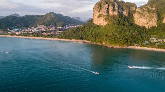 Vue aérienne de l'île de phi phi de montagne en thaïlande