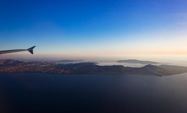 Vue aérienne de l'île de santorin, vue de la fenêtre de l'avion