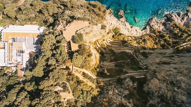 Vue aérienne de l'île de vacances italienne capri avec belle nature