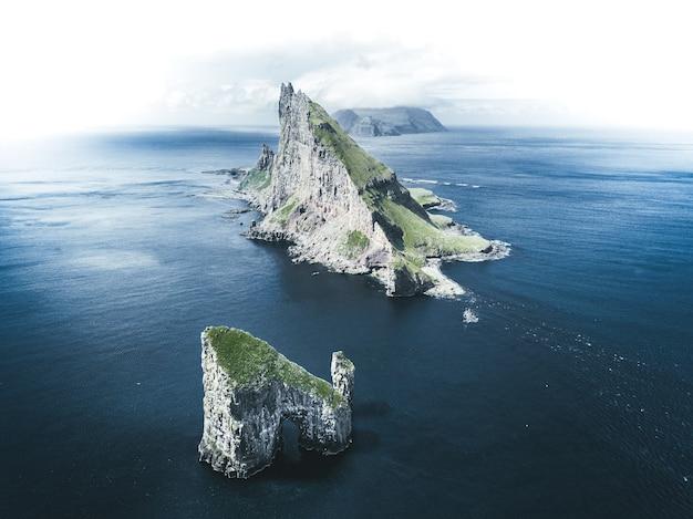 Vue aérienne d'îlots au milieu de la mer sous un ciel nuageux