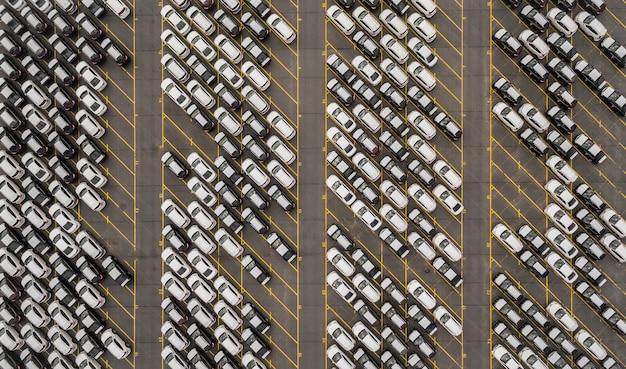 Vue aérienne d'un immense parking de stockage avec de nouvelles voitures