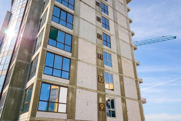 Vue aérienne d'un immeuble résidentiel élevé avec des numéros d'étage sur le mur en construction. développement immobilier.