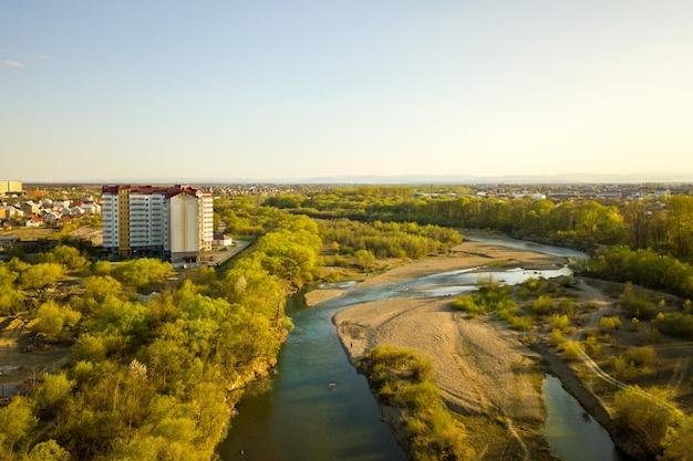 Vue aérienne de l'immeuble résidentiel élevé en zone rurale verte dans la ville d'ivano-frankivsk, ukraine