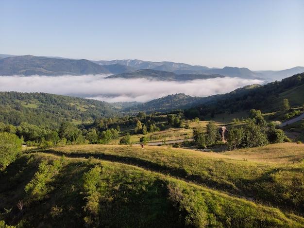 Vue aérienne d'un incroyable paysage de montagne dans le parc naturel d'apuseni, transylvanie, roumanie