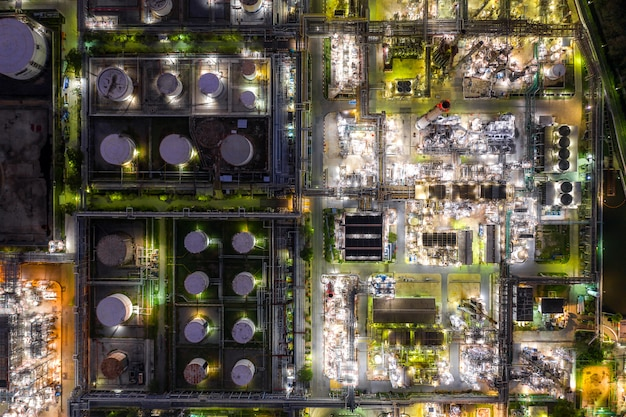 Vue aérienne de l'industrie du pétrole et du gaz - raffinerie au crépuscule