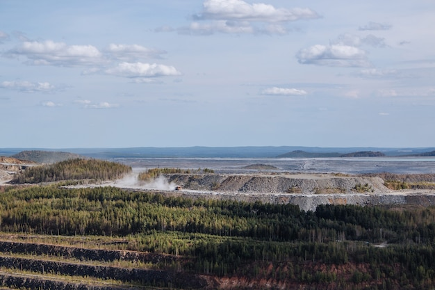 Vue aérienne industrielle de la carrière minière à ciel ouvert avec beaucoup de machines au travail - vue d'en haut. extraction de chaux, craie, chaux, charbon