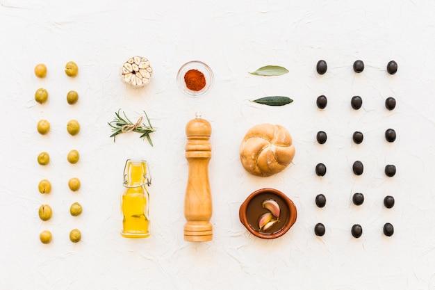 Vue aérienne des ingrédients avec une rangée d'olives noires et vertes