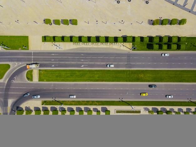 Vue aérienne de l'intersection véhiculaire, circulation urbaine avec des voitures sur la route.