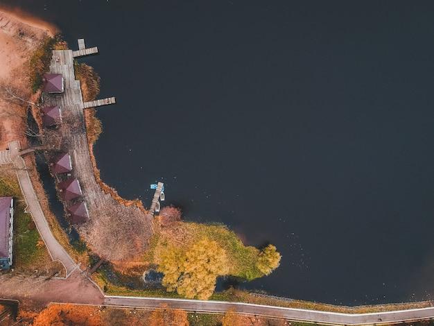 Vue aérienne de la jetée avec des bateaux en bois au bord d'un lac
