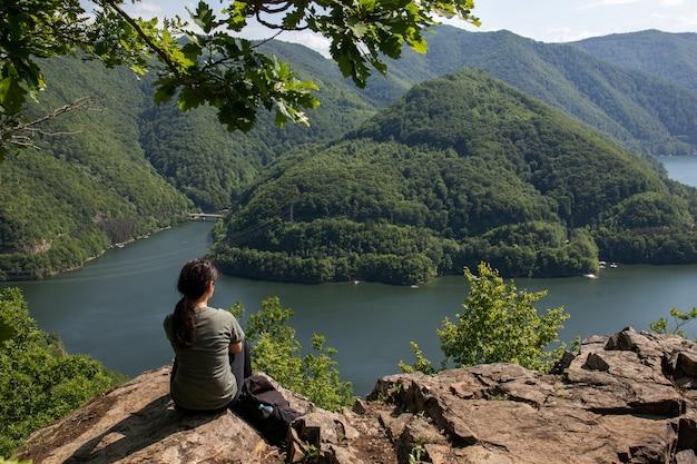 Vue aérienne d'une jeune fille dans un magnifique paysage de montagne dans les montagnes apuseni, transylvanie, roumanie