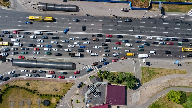 Vue aérienne de la jonction de la route par le haut, la circulation automobile et l'embouteillage de nombreuses voitures, concept de transport
