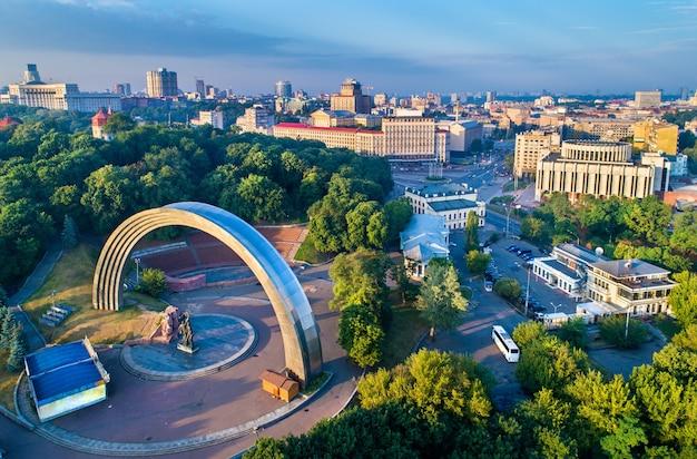 Vue aérienne de kiev avec l'arche de l'amitié des nations et la place européenne - ukraine, europe de l'est