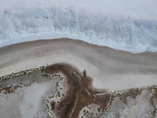 Vue aérienne d'un lac salé blanc