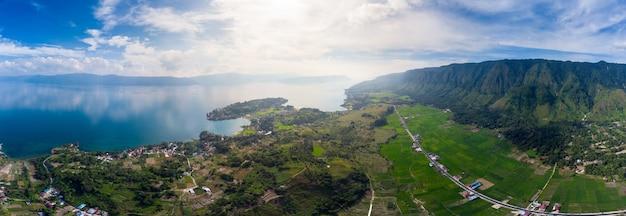 Vue aérienne: lac toba et l'île de samosir, vue du dessus de sumatra, en indonésie.