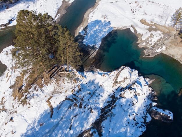 Vue aérienne des lacs bleus d'hiver