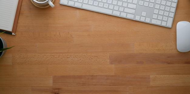 Vue aérienne d'un lieu de travail contemporain avec des fournitures de bureau