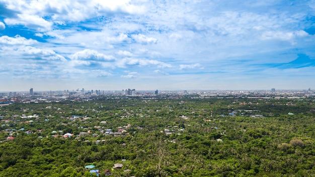 Vue aérienne de la ligne d'horizon de bangkok et vue sur le fleuve chao phraya vue de la zone verte à bang krachao