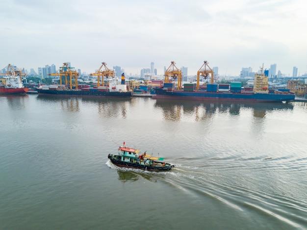 Vue aérienne de la logistique et du transport du cargo porte-conteneurs et du pont roulant
