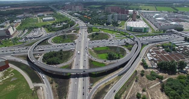 Vue aérienne lointaine d'une immense intersection à deux niveaux avec circulation circulaire. infrastructures de transport en métropole. paysage urbain de moscou, russie