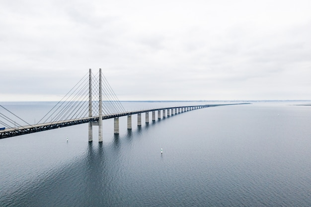 Vue aérienne d'un long pont suspendu auto-ancré à travers la mer