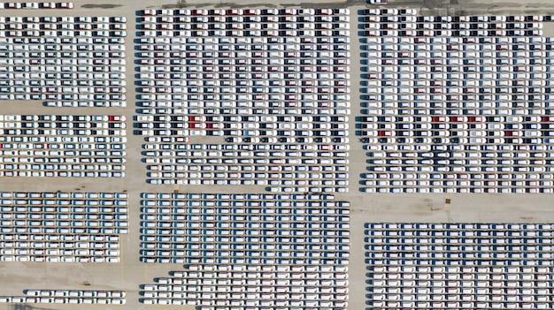 Vue aérienne lot de véhicules sur le parking d'une voiture neuve destinée à l'exportation, commerce et logistique