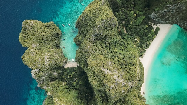 Vue aérienne de la magnifique baie maya de l'île phi phi)
