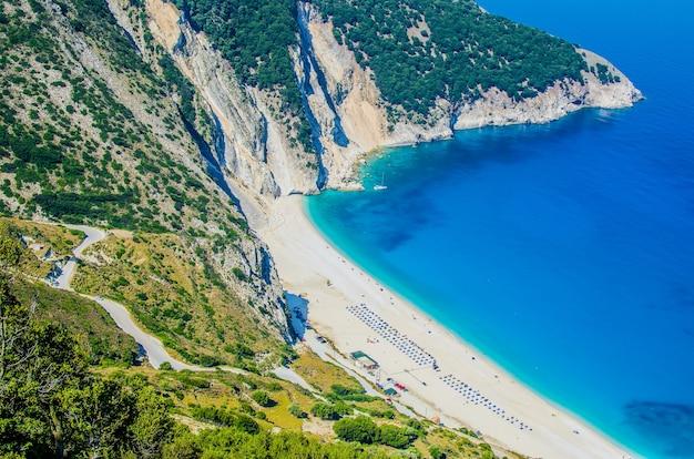 Vue aérienne de la magnifique baie de myrtos et de la plage sur l'île de céphalonie, grèce