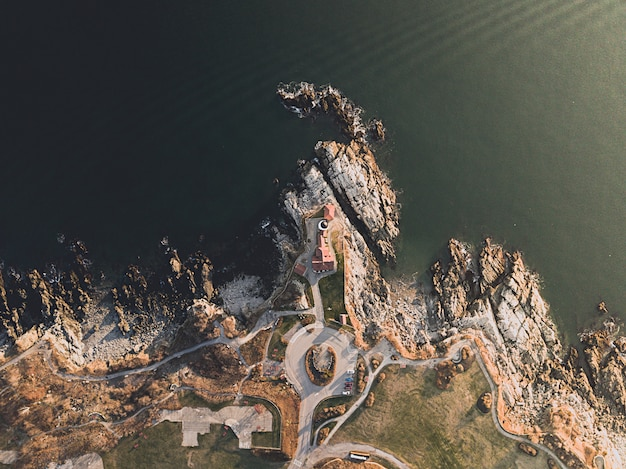 Vue aérienne de la magnifique côte rocheuse