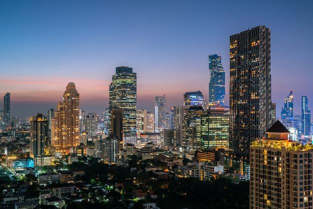 Vue aérienne magnifique coucher de soleil sur la ville de bangkok, thaïlande, dans la nuit