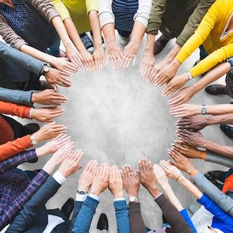 Vue aérienne des mains soutenues ensemble