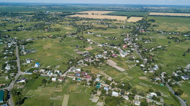 Vue aérienne d'une maison dans une campagne pittoresque collines sur une journée ensoleillée