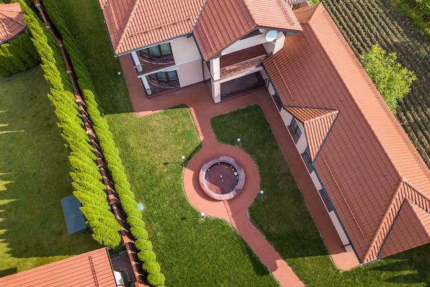 Vue aérienne d'une maison neuve résidentielle.