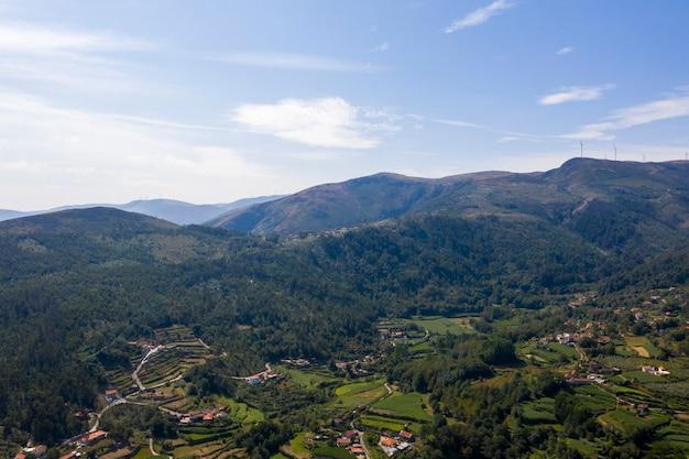 Vue aérienne de maisons sur les collines verdoyantes et la vallée