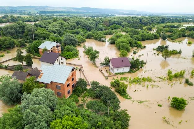 Vue aérienne de maisons inondées avec de l'eau sale du fleuve dnister dans la ville de halych, dans l'ouest de l'ukraine.