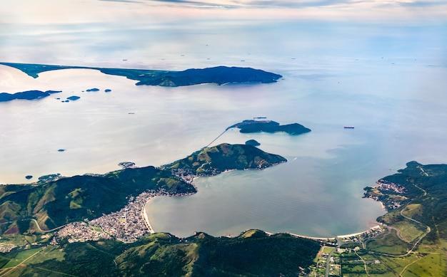 Vue aérienne de mangaratiba dans l'état brésilien de rio de janeiro