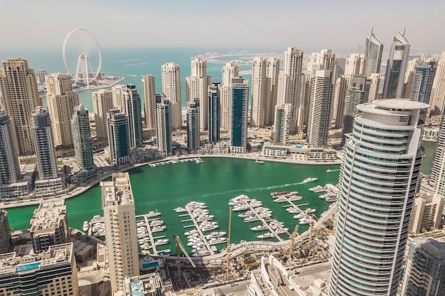 Vue aérienne de la marina de dubaï. c'est un grand quartier à la mode à dubaï