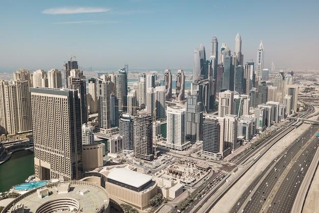 Vue aérienne de la marina de dubaï. c'est un grand quartier moderne à dubaï