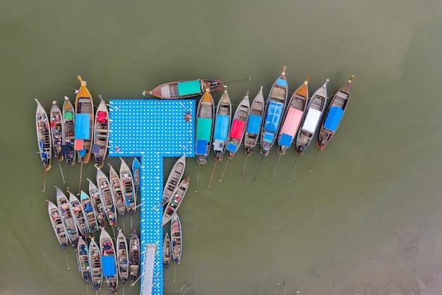 Vue aérienne de la marina et de la rivière