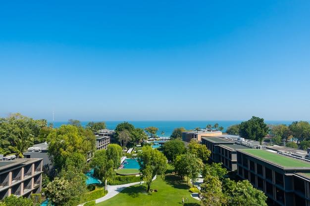 Vue aérienne de la mer de l'océan de hua hin avec parc et jardin en thaïlande