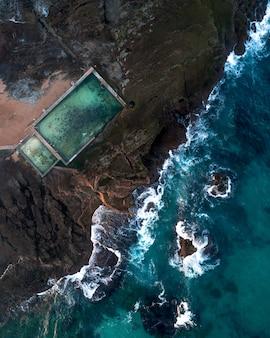 Vue aérienne de la mer et d'une piscine marine sur la côte
