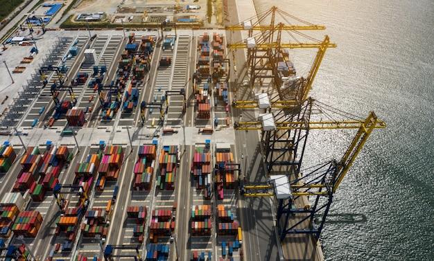 Vue aérienne, mer, port, chargement, conteneur, chargement, navire, import, export, business, logistique