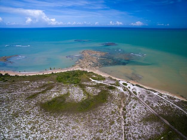 Vue aérienne de la mer verte sur une plage brésilienne sur une journée ensoleillée à moreira's beach,